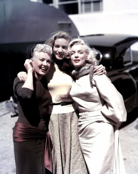 "Betty Grabble, Lauren Bacall ve Marilyn Monroe ""How to Marry a Millionaire"" setinde, 1953."