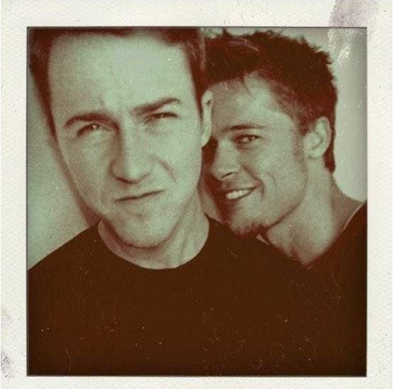 Brad Pitt ve Edward Norton Fight Club setinde