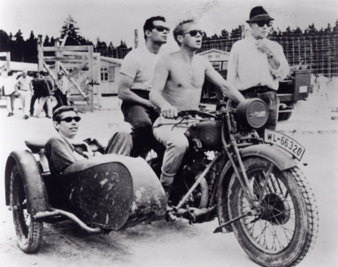 James Coburn, Steve McQueen, James Garner ve yönetmen John Sturges, The Great Escape setinde (1962)
