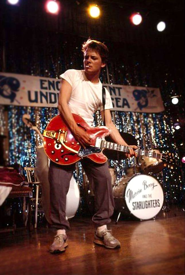 "Michael J. Fox ""Back to the Future"" setinde Johnny B. Goode'u gitarla çalarken, 1985"