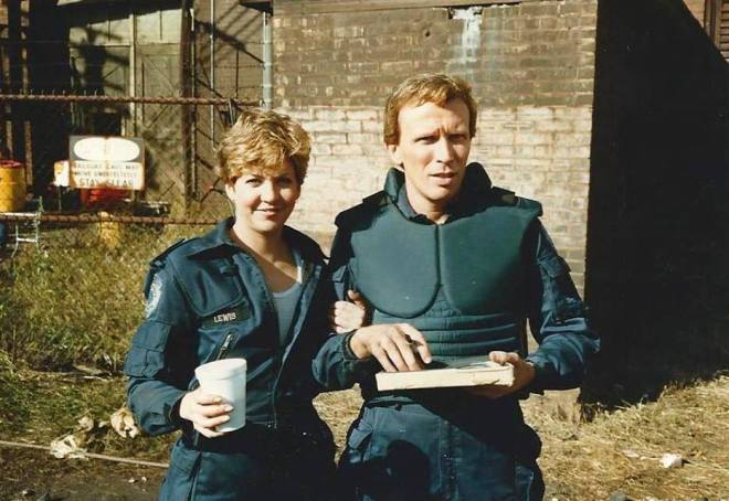 Nancy Allen ve Peter Weller, RoboCop setinde (1987).